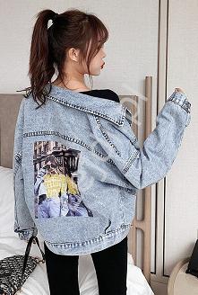 Modna jeansowa kurtka z wzorem i zdobieniem cekinami. Luźna kurtka jeansowa w...