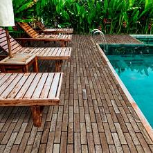 Jaki materiał najlepiej sprawdzi się w otoczeniu basenu ogrodowego? Sprawdź propozycje doświadczonego producenta kostki brukowej!