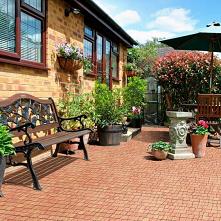 Piękne kwiaty, wygodna ławeczka i praktyczny taras z kostki brukowej to idealne miejsce do przyjmowania gości w każdy słoneczny dzień!