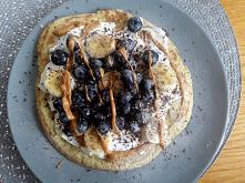 omlet z borówkami i bananem