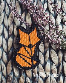 Szczwany lis ale jakże uroczy ... Wersja geometryczna ♥️. Broszka została wykonana techniką Brick Stitch ,ręcznie wyszywana szklanymi japońskich koralikami Miyuki Delica. Lisek ...