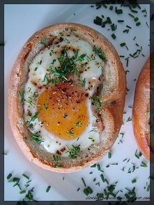 Jajko zapiekane w bułce z s...