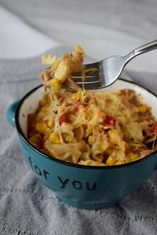Zapiekany makaron z tuńczykiem, papryką i kukurydza