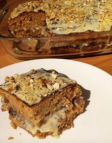 Ciasto marchewkowo-orzechowe z mascarpone i białą czekoladą. Składniki 2 szklanki mąki 1 szklanka cukru 4 jajka 1/2 szklanki oleju 2 szklanki startej i lekko odcisniętej marchew...