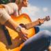 Muzyka poprawia zdrowie mózgu i jego funkcje na wiele sposobów. Dzięki temu jesteśmy mądrzejsi, szczęśliwsi i bardziej produktywni w każdym wieku. Słuchanie jest dobre, ale granie ma na nas jeszcze lepszy wpływ.