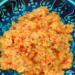 Bulgur z pomidorami  składniki 1 szklanka kaszy bulgur ok1 i 3/4 szklanki bulionu lub wody 2 dojrzałe pomidory 1 cebula sól, chili oliwa z oliwek  przygotowanie Pomidory sparzyć i obrać ze skóry. Cebulę pokroić w kostkę. Pomidory pokroić na małe kawałki i  i podsmażyć je razem z cebulą na odrobinie oliwy w dużym rondlu. Po kilku minutach, dodać opłukaną wcześniej kaszę. Mieszać przez trzy lub cztery minuty. Wlać do garnka bulion (1 i 1/2 szklanki, resztę zostawić do dolania)  dobrze wymieszać.  W tym momencie.Można też dodać kilka płatków chili lub chili w proszku Doprowadzić do wrzenia, a następnie zmniejszyć ogień i przykryć garnek pokrywką Gotowanie  bulguru trwa około 10 minut . Trzeba go gotować tak długo, aż płyn odparuje, (jeżeli nadal jest twardy płyn uzupełniamy) a następnie odstawić na około 5 minut. W trakcie gotowania mieszać co jakiś czas aby nie przywarł do dna garnka. Smacznego!