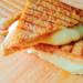 Grillowane kanapki z serem z opiekacza to kolejny pomysł na kanapki z opiekacza i na śniadanie na ciepło. Grilled Cheese Sandwich to ich amerykańska nazwa.