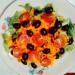 Wegańska warzywna sałatka z oliwkami czarnymi i pomidorami z sosem winegret. Witaminowa i lekka, wegańska sałatka stanowi wartościowy dodatek do obiadu.