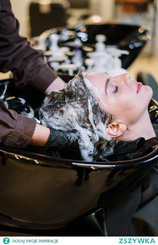 Czy można myć włosy mydłem? Owszem, nic nie stoi na przeszkodzie. Ale czy jest to dla włosów zdrowe? Cóż, tu już sprawa jest kontrowersyjna. :) Więcej na temat mycia włosów mydłem znajdziecie we wpisie.