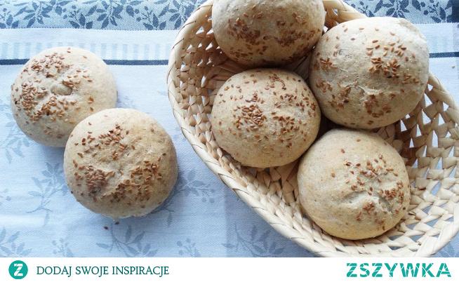 Bułki pszenno-razowe. Przepis na proste bułeczki z mąki pszennej i razowej z posypką z siemienia lnianego. Idealne na śniadanie, chrupiące, zdrowe i bardzo smaczne.