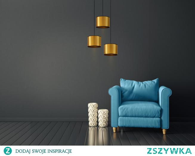 Nowoczesna, pełna uroku i niepowtarzalnego stylu! To właśnie oświetlenie wiszące PUEBLO MIRROR. Wykwintne wnętrza i miłośnicy nieprzeciętnych rozwiązań docenią lampę i zapragną odmienić wraz z nią swoje wnętrze! Oświetlenie składa się z 3 lustrzanych abażurów, które umieszczone są na metalowej podsufitce. Klosze te mają różne wysokości co nadaje lampie niebanalnego stylu. Dodatkowym atutem jest możliwość własnej kondygnacji kolorystycznej, to znacznie pobudzi naszą kreatywność i pozwoli na stworzenie idealnej koncepcji do naszego domu. PUEBLO MIRROR wpisze się w różne rodzaje aranżacji, a swoim wyglądem rozpromieni każdy salon,sypialnie czy biuro. Jednak rewelacyjnie sprawdzi się również w pomieszczeniach komercyjnych typu restauracje,hotele czy też puby. Lampa mierzy 120cm wysokości, którą możemy dowolnie regulować oraz 40 szerokości. lampa dostosowana jest do źródeł światła o klasach energetycznych od A++ do E oraz żarówek LED.  Lampa dostępna jest w dwóch kolorach abażura: miedziany i złoty, oraz w czarnym kolorze stelaża.