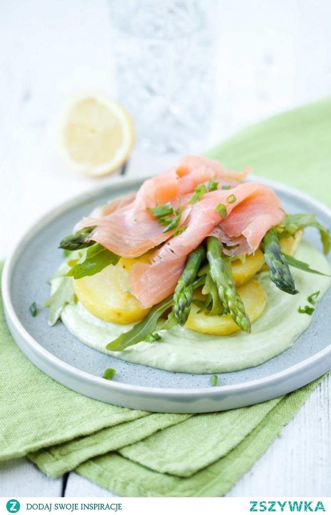 Sałatka ziemniaczana ze szparagami i łososiem na sosie z avocado