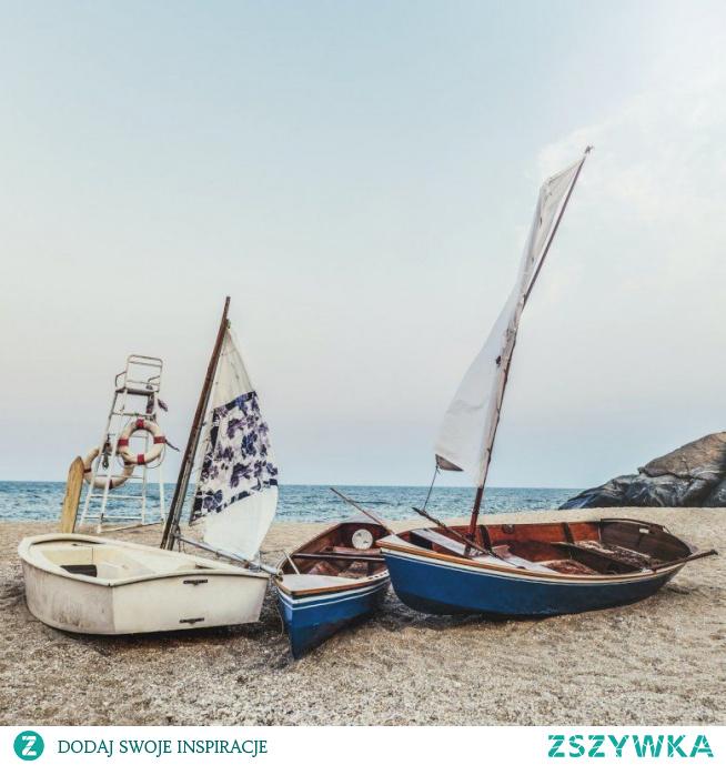 Cudowne miejsce, żaglówki na plaży