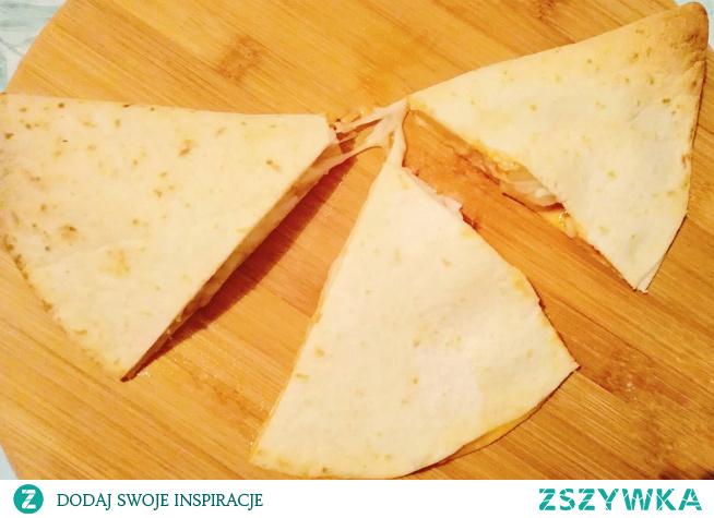 Pizzadilla hawajska to nic innego, niż quesadilla z ananasem, szynką i serem. Domowa pizza hawajska z tortilli z patelni lub z piekarnika — na Wasz wybór.