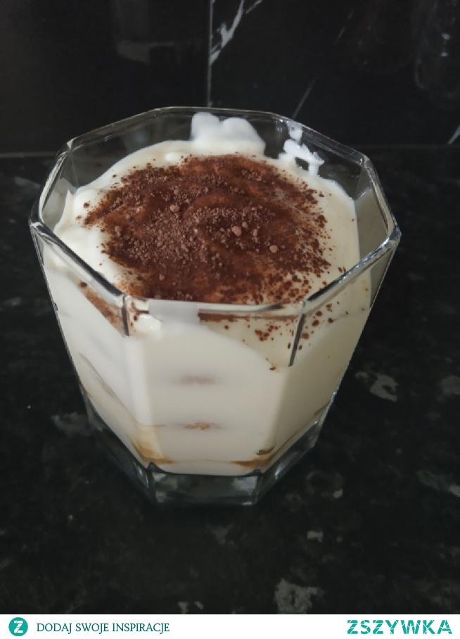 Fit tiramisu: biszkopty zamoczone w kawie rozpuszczalnej przekładane jogurtem naturalnym bez laktozy (skyr waniliowy lepszy) posypany kakao