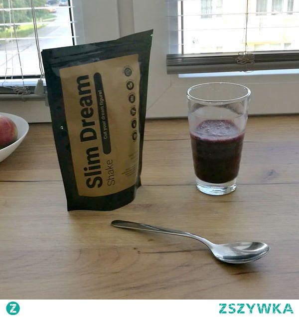 Slim Dream Shake to koktajl odchudzający, który został stworzony z wysokiej jakości składników. Zapewniają one skuteczne działania, a także bezpieczeństwo. Smaczna forma to kolejna zaleta Slim Dream Shake. Poznaj już dziś jeden z najprzyjemniejszych i najsmaczniejszych sposobów na osiągnięcie wymarzonej sylwetki. Slim Dream Shake wspomaga redukcję masy ciała, dzięki naturalnym składnikom aktywnym, które spalą Twój tłuszcz i wysmuklą sylwetkę szybciej niż myślisz! Tak wysoka dawka błonnika pokarmowego reguluje pracę naszych jelit, usprawnia procesy metaboliczne, obniża poziom złego cholesterolu, ale wpływa także na zahamowanie głodu. Dodatek owocu gorzkiej pomarańczy wpływa na efekt tzw. termogenezy. Powoduje on przyspieszenie metabolizmu, wydalanie nadwyżek energetycznych oraz znaczne przyspieszenie spalania tkanki tłuszczowej. Podobne efekty dla naszego organizmu przynosi intensywny trening fizyczny.