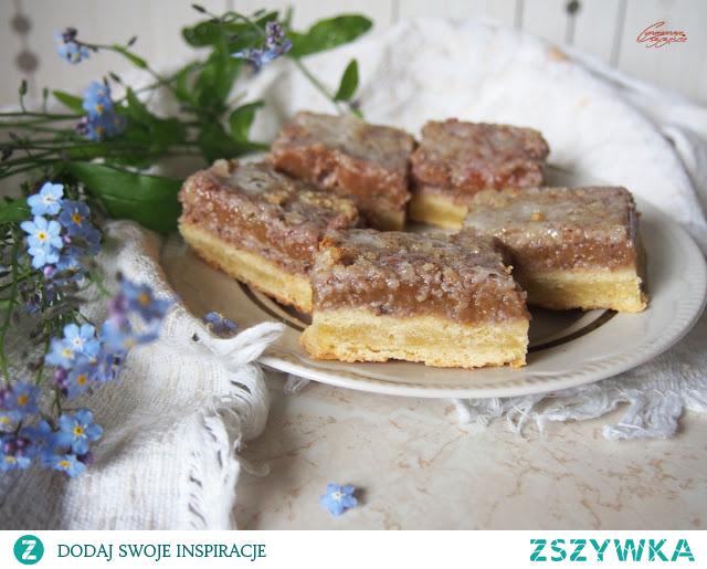 Kruche ciasto z rabarbarem i orzechami