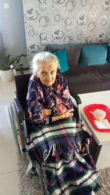Kochająca babcia, która kiedyś nie umiała nigdy odmówić w potrzebie i pomagała w każdej ciężkiej sytuacji.