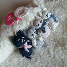 Koty Mamroty.Odgrzebałam profesjonalną bawełnę dla dzieci, dokupiłam atestowane gryzaki i grzechotki, wypełnienie już miałam. Wykombinowałam dwa koty i... pierwotnie każdy miał ...