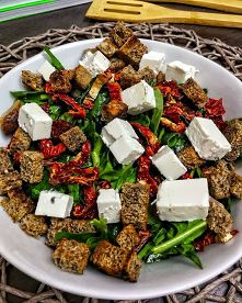 #Sałatka z fetą, szpinakiem, suszonymi pomidorami i grzankami #zdrowo