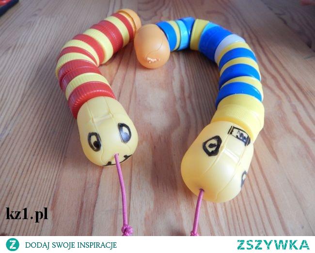 Wąż z nakrętek i plastikowego jajeczka.
