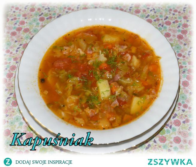 Kapuśniak z młodej kapusty z boczkiem i pomidorami