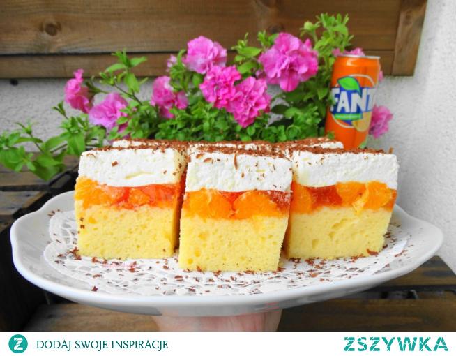 Fanta – styczne ciasto z mandarynkami. ciasto jest proste i mega smaczne, wyciągając je z piekarnika, zastanawiałam się czy zdąży ostygnąć i czy wytrwa do przekładania, zapach obłędny.