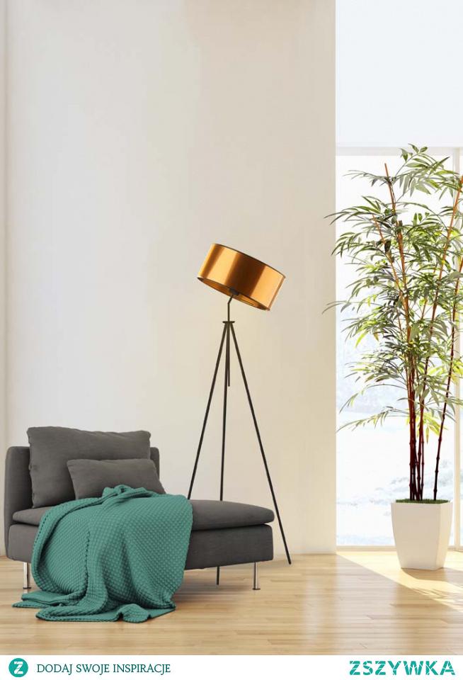 Podstawa lampy MALMO MIRROR swoim wyglądem odwołuje się do konstrukcji statywu aparatu fotograficznego. Stanowi idealne uzupełnienie stylowych wnętrz sypialnianych jak i nowoczesnych salonów. Posiada możliwość dostosowania kąta padania światła poprzez ruchomy stelaż abażuru. Nowoczesna konstrukcja sprawia, że to prawdziwa gratka dla miłośników dobrego stylu! Wysokość lampy wynosi 145 cm.  Lampa dostępna jest w dwóch odcieniach abażura: złota i miedzi, oraz w czarnym kolorze stelaża.