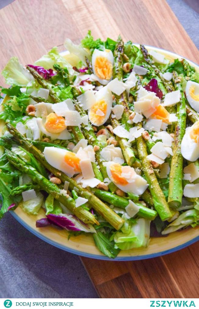 Sałatka z grillowanymi szparagami, jajkiem i orzechami FIT. Przepis po kliknięciu w zdjęcie.