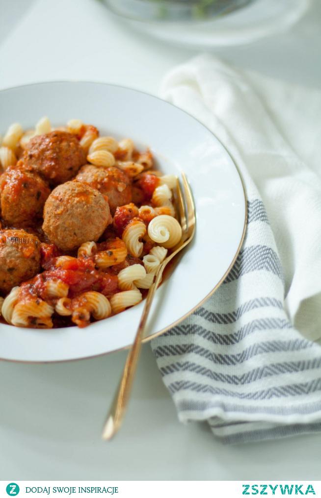 Dziś mam dla Was niezawodny, prosty przepis na najlepsze klopsiki z indyka w sosie pomidorowym. Za sprawą dość niestandardowych dodatków są wyraziste i przepyszne!