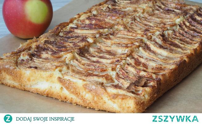 Łatwe ciasto z jabłkami. Sam tytuł sugeruje czego możemy się spodziewać. Łatwe, dosłownie w kilka minut gotowe przepyszne ciasto z jabłkami. Jabłka w plasterkach tworzące z ciastem smaczne połączenie.