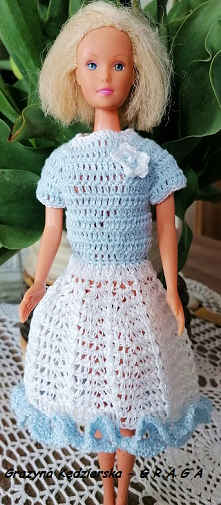 Niebiesko-biała szydełkowa sukieneczka dla Barbie
