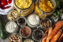 Pomysł na tanie jedzenie! ZERO WASTE w kuchni!  Tanie jedzenie, czy to możliwe? Liście rzodkiewki, natka marchewki, czerstwy chleb i resztki kaszy jaglanej. To wszystko najczęśc...