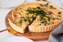 Tarta z kurkami to kolejny pyszny przepis na te fantastyczne grzyby. Tarta, czy też quiche, jest bardzo prosta w przygotowaniu i pełna smaku!