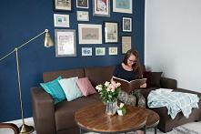 Niebieska ściana w salonie ...