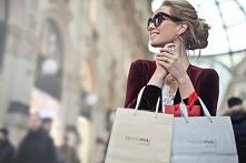 Zakupy ze stylistą, czy to ma sens? Ile to kosztuje?  Ubrania to nie wszystko, ale odpowiednio dobrana garderoba wpływa na nasze samopoczucie, pewność siebie oraz to, jak postrz...