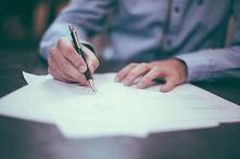 W życiu każdego z nas może przydarzyć się wiele trudnych sytuacji. Warto zadbać o interesy swojej rodziny i sporządzić testament. Przeczytaj nasz artykuł, aby dowiedzieć się wię...