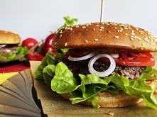 Domowy burger z soczystym k...