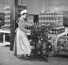 Female worker bottling ketc...