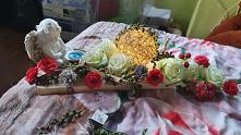 #czesc :) zaczynam tworzyć stroik na cmentarz , ale nie wiem czy dobrze ułożyłam kwiaty albo czy nie jest ich za dużo, waham się czy to wszystko przykleić czy coś odjąć , ktoś p...