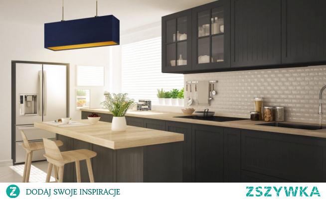 Żyrandol MILOS GOLD najlepiej prezentować się będzie w kuchennych pomieszczeniach. Oświetlenie świetnie sprawdzi się nad stołem w jadalni czy nad wyspą kuchenną. Prostokątny abażur dostępny jest w dwóch klasycznych kolorach – bieli i czerni. W pierwszym z wymienionych wariantów kolorystycznych zastosowano w środku złotą folię o błyszczącej fakturze a w czarnym jej powierzchnia została zupełnie pozbawiona blasku, pozostając całkowicie matową. Lampa posiada regulowaną długość, do maksymalnej wartości 120cm  Żyrandol dostępny jest w 5 kolorach abażuru: biały ze złotym wnętrzem (złoty połysk), szary stalowy ze złotym wnętrzem (złoty mat), zieleń butelkowa ze złotym wnętrzem (złoty mat), granatowy ze złotym wnętrzem (złoty mat) oraz czarny ze złotym wnętrzem (złoty mat) oraz 6 kolorach stelaży: białym, srebrnym, czarnym ( w standardzie), chromie, stali szczotkowanej, starym złocie (opcje dodatkowo płatna).