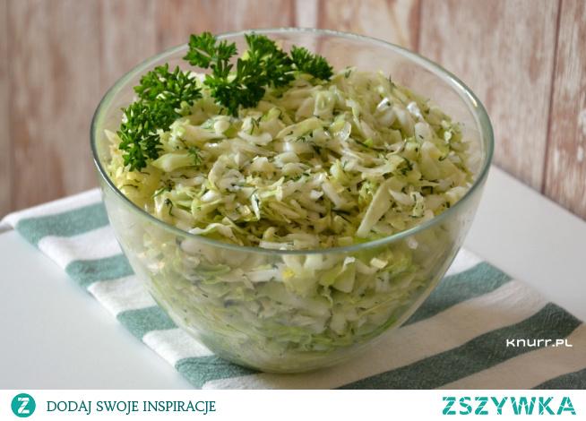 Ekspresowa surówka obiadowa ze świeżych warzyw. Pachnąca koperkiem, soczysta i zdrowa. Smakuje przepysznie!