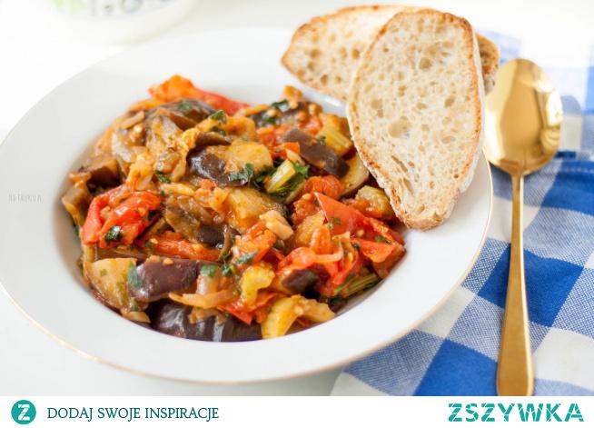 Caponata to idealny przykład klasycznej kuchni włoskiej – maksimum smaku przy minimalnym wysiłku. Aromaty warzyw i dodatków mieszają się ze sobą i tworzą niesamowity, aromatyczny miszmasz.