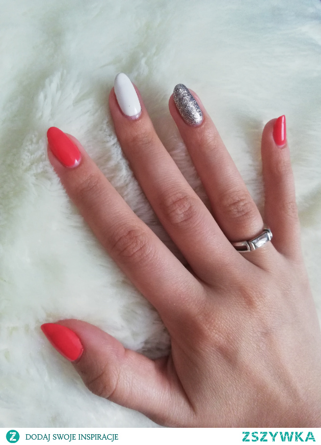 #nails #hybridnails #homemade #neonail #neonailteam #coral #white #silver #hand #womanshand