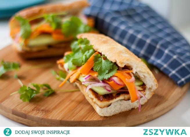 Co sprawia, że Bánh mì to naprawdę wyjątkowa kanapka? Zapewne jest to zasługa połączenia smaków europejskich i wietnamskich, która w efekcie tworzy prawdziwą eksplozję smaku. Spróbujcie koniecznie, bo Bánh mì nie bez powodu bywa nazywana najsmaczniejszą kanapką na świecie.