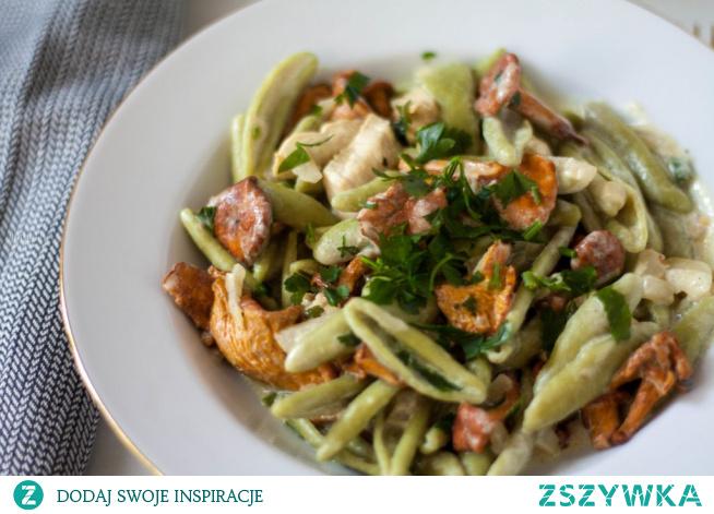Kurki z kurczakiem i makaronem szpinakowym to prosty przepis na szybki obiad. Delikatny kurczak i aromatyczne krewetki to bardzo udany duet, a zielony makaron sprawia, że danie jest zdrowsze i apetycznie kolorowe.