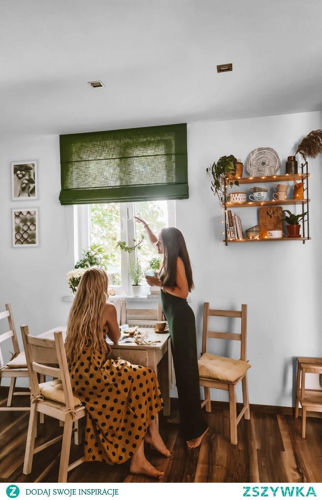 Dekoracje z NASZE DOMOWE PIELESZE w kuchni:  Roleta rzymska w materiale Domowa Ostoja DO35 Półeczka ręcznie robiona - Grażynka  Więcej na: NASZEDOMOWPIELESZE.PL