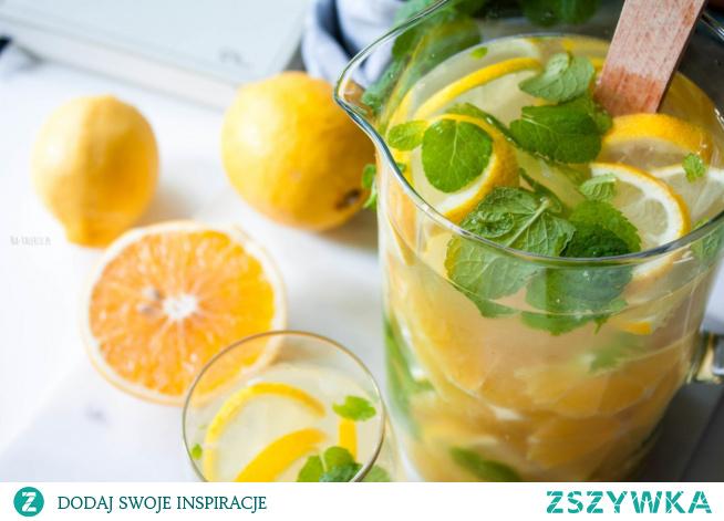 Niezależnie od tego, czy są upały, czy nie, pyszna woda z pomarańczą, cytryną i mięta to zawsze dobry pomysł na nawodnienie organizmu.