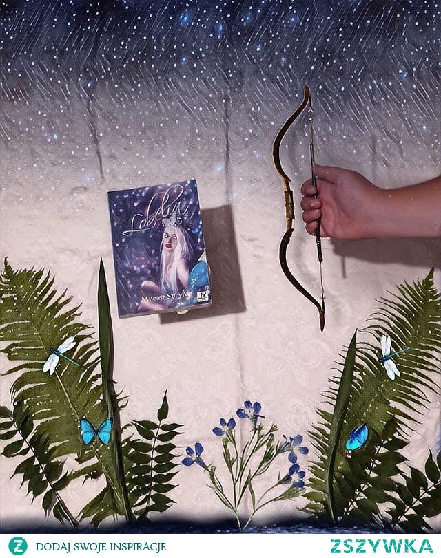 """Dzisiaj zdjęcie tak magiczne jak magiczna jest książka z którą do was przychodzimy, a dokładnie mówią """"Lobelia"""" od @wydawnictwofeniks :) Macie czasem tak, że po przeczytaniu wielu książek zachciewa Wam się czegoś innego, z innej bajki ? My tak mieliśmy i wlaśnie, dlatego zabrałyśmy się za fantastykę.  Lobelia to książka o jeziornych łucznikach, którzy walczą z kapucynami.  Opowieść nasycona jest wielobarwnymi opisami i magią, która ukazuje się na każdej stronie.  Na początku się trochę pogubiłyśmy, dlatego przydałby sie jakiś  krótki wstęp, którego niestety brakowało nam"""