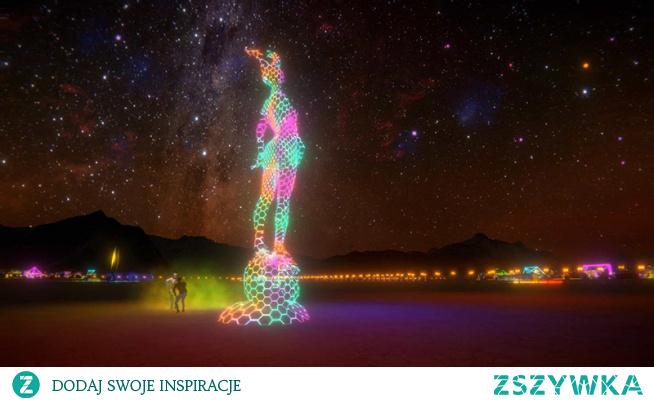 Najbardziej niesamowity festiwal świata – Burning Man 2020 – rozpoczyna  się już w poniedziałek.  Jak wiele tego typu imprez został przeniesiony  do internetu. Ale chyba jak żaden inny festiwal stanie się wirtualną  rzeczywistością.